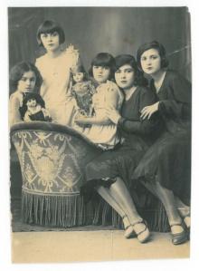 Soldan sağa: Süheyla, Semiha, Sabiha, Mediha, Meliha -1933