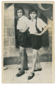 Arkadaşı Güzin ile -Urfa 1933